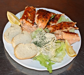 Original Flammlachs Catering mit Tellerportion am Flammlachsstand JoBa